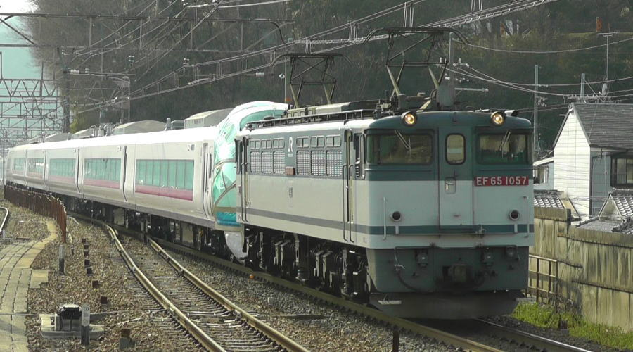 山科駅を通過していくE657系甲種輸送列車