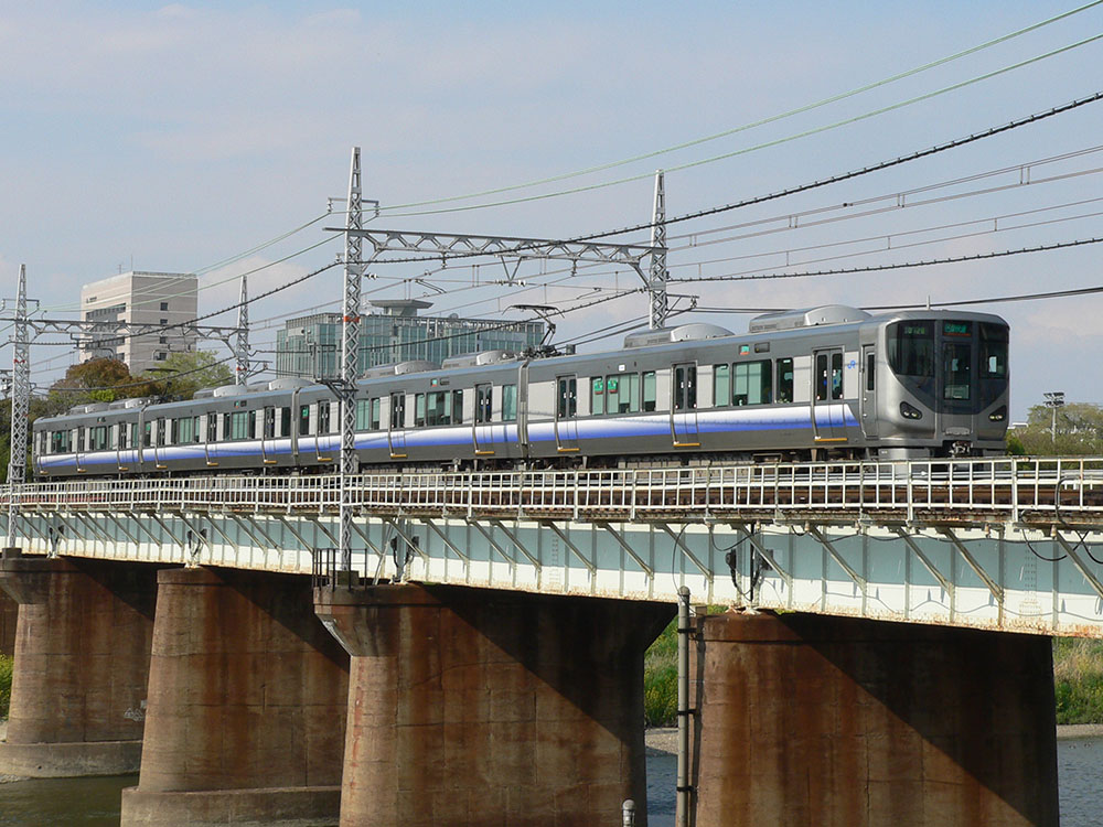 大和川鉄橋を渡る225系5000番台区間快速