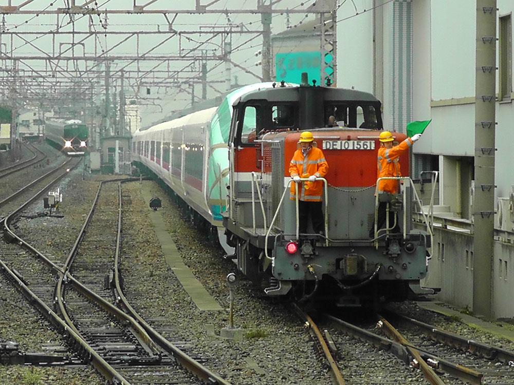 徳庵駅に入ろうとするE657系甲種輸送列車