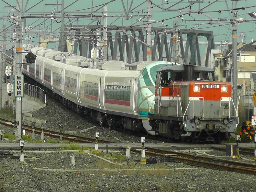 放出駅に入駅するE657系甲種輸送列車