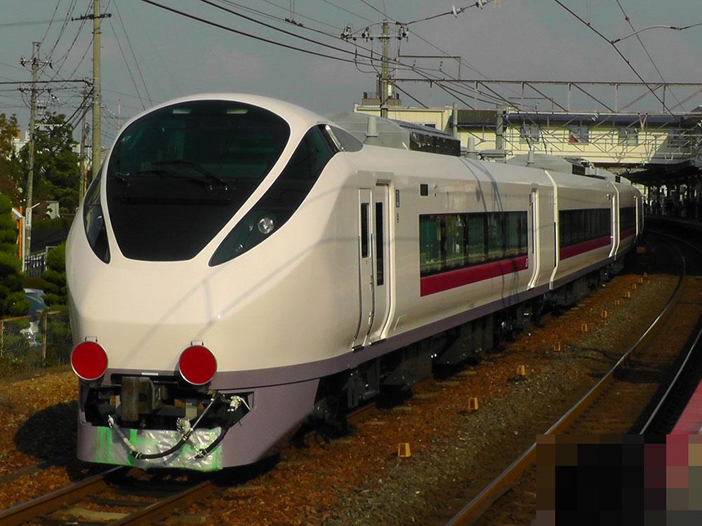 石山駅に停車中の放出駅に入駅するE657系甲種輸送列車 E657系先頭車の様子です。