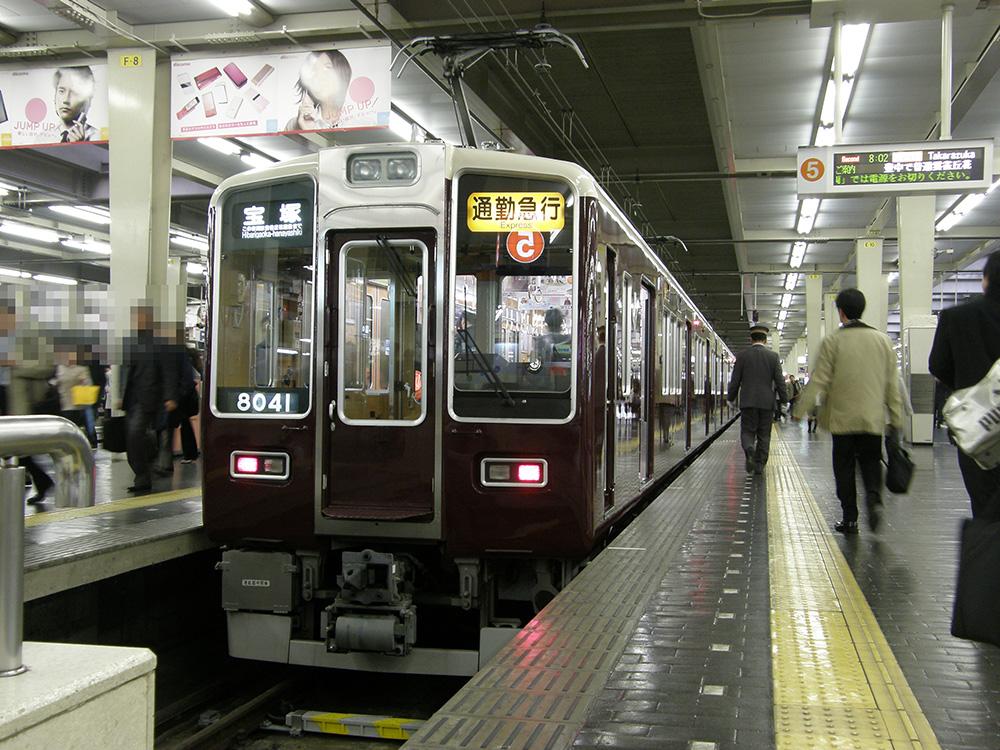 梅田駅に停車中の、8000系通勤急行宝塚行き・現在は運行がありません