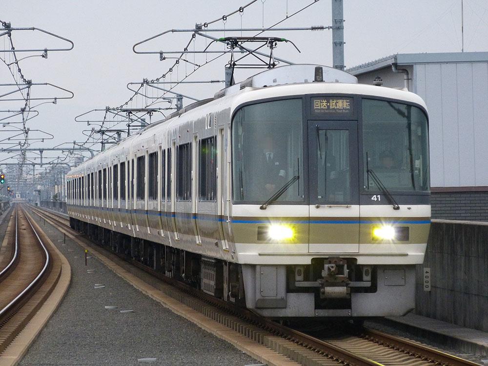 おおさか東線を北上する、221系8連編成。年末年始と夏休みに運転される保安列車です。