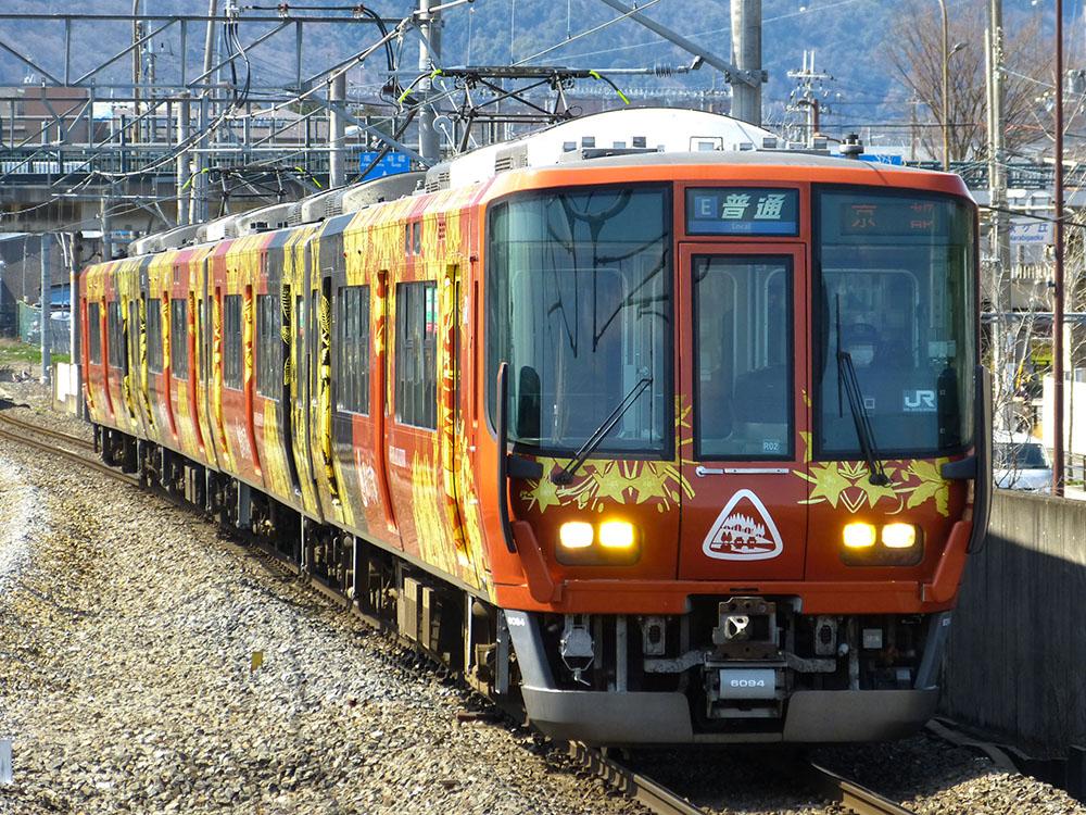 嵯峨野線で運用開始した223系です。V57編成はR02編成になり、『森の京都QRトレイン ~Quality and Relaxing Train~』ラッピングが施されました。