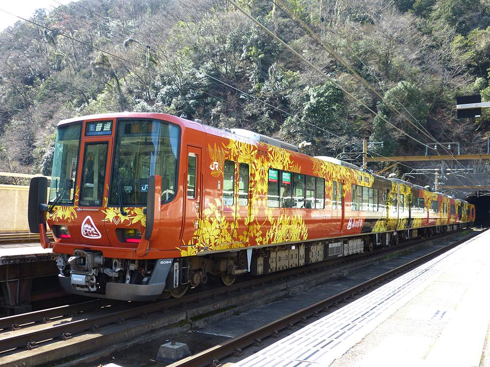 嵯峨野線で運用開始した223系です。V57編成はR02編成になり、『森の京都QRトレイン ~Quality and Relaxing Train~』ラッピングが施されました。保津峡駅にて撮影