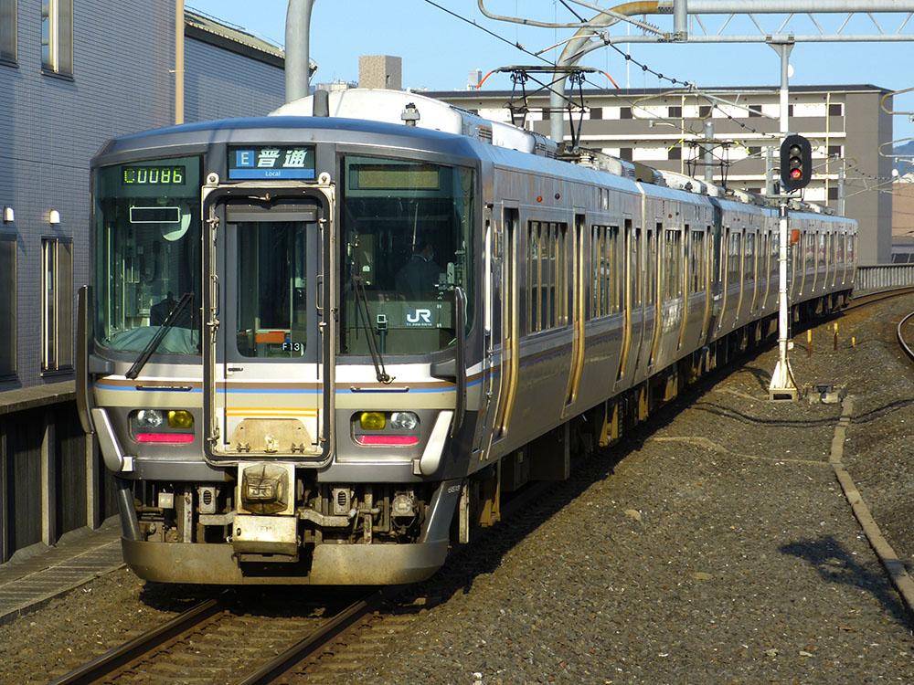223系R01編成は、福知山の223系5500番台を後ろに連結して京都へ向かいます。