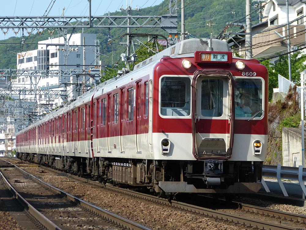 近鉄奈良線石切~額田間を走行する8600系急行