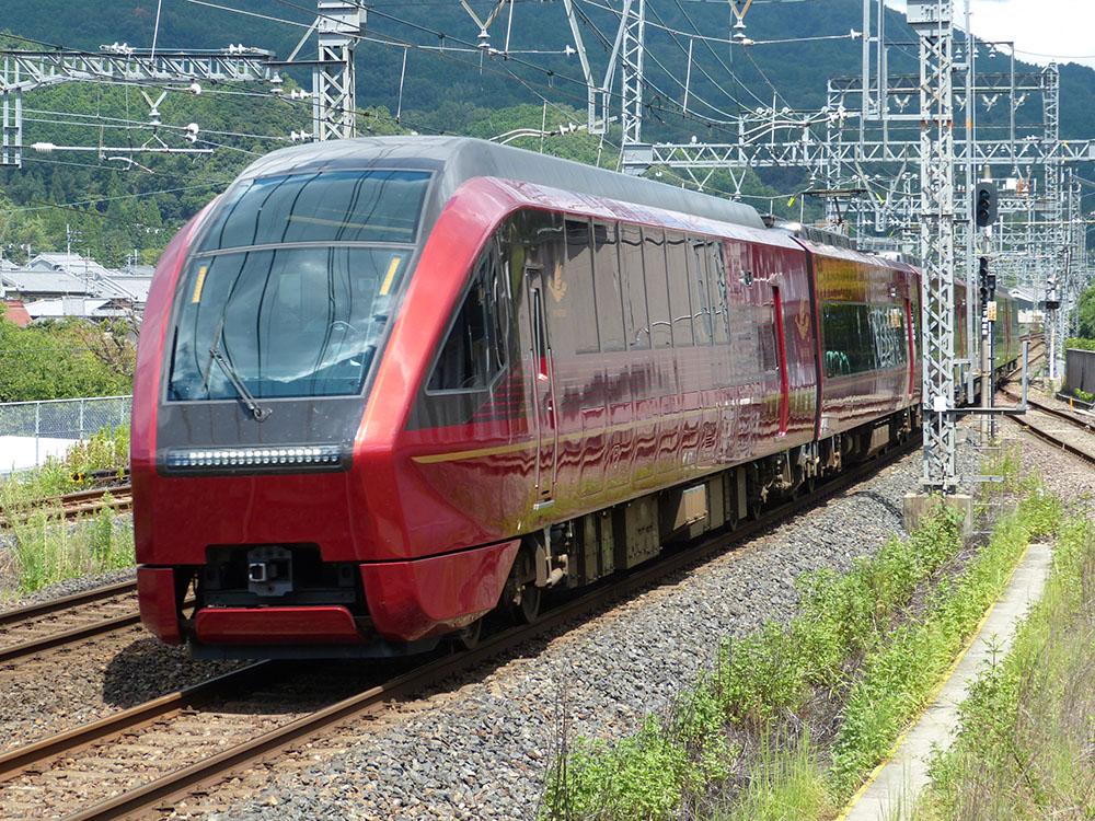 近鉄大阪線大和朝倉駅を通過する名阪甲特急「ひのとり」号
