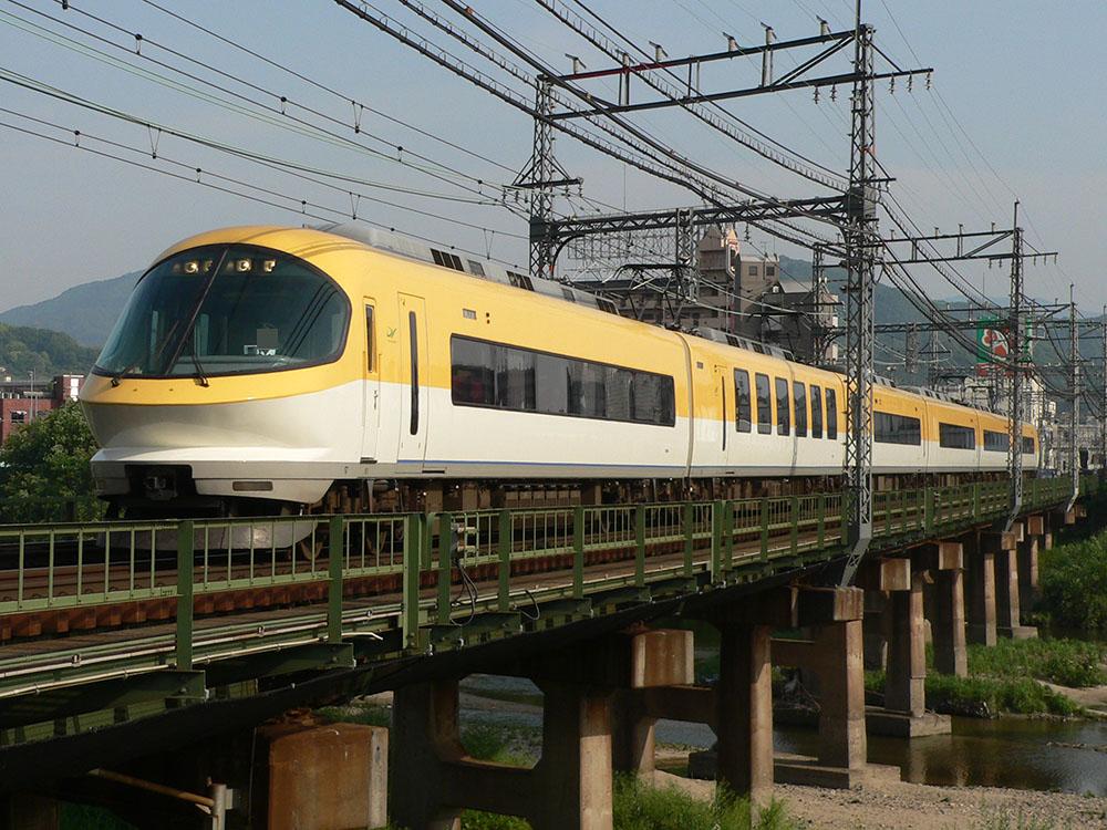 近鉄大阪線の河内国分付近を通過する23000系伊勢志摩ライナー
