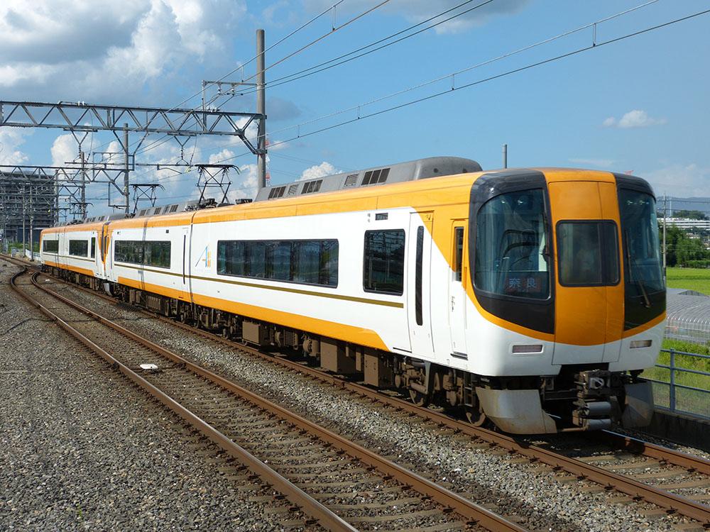 近鉄京都線宮津駅付近を通過する22000系2両+2両の奈良行き特急