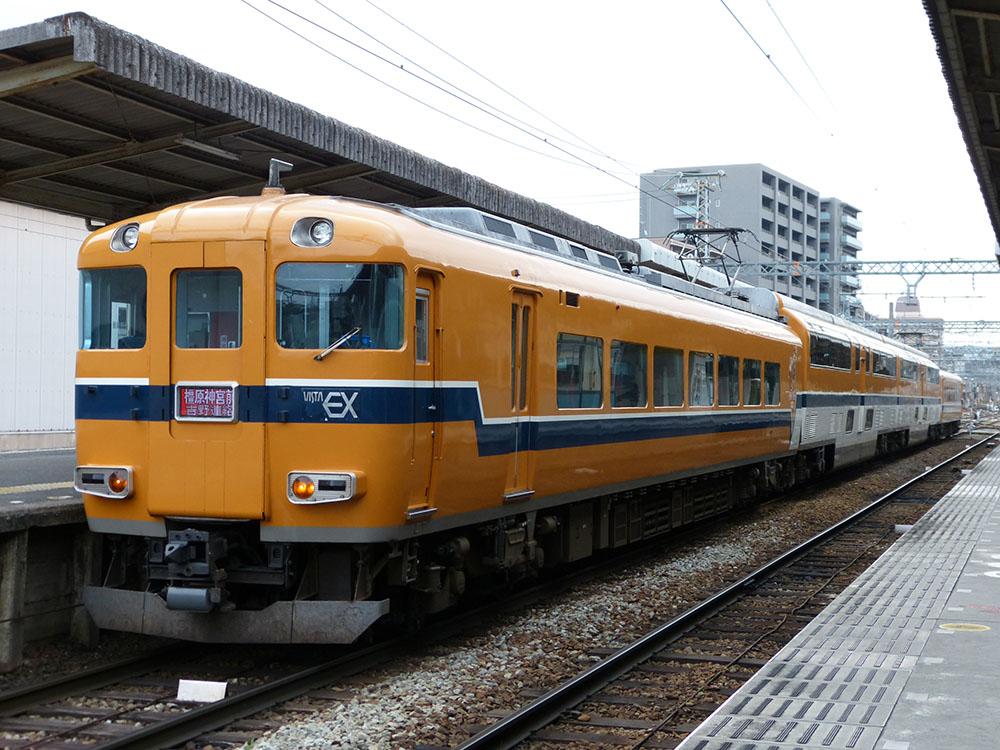 近鉄橿原線橿原神宮前駅に停車中の、京都行き特急30000系ビスタカー