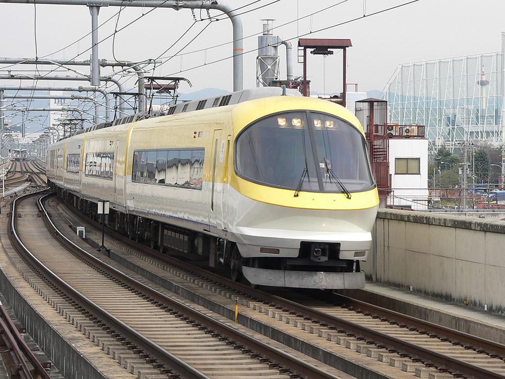 近鉄京都線を走行する23000系伊勢志摩ライナーによる賢島行き特急