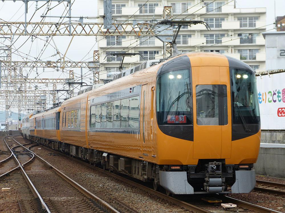 近鉄名古屋線四日市駅に到着する名伊特急鳥羽行き 22600系+12200系+30000系の8両編成