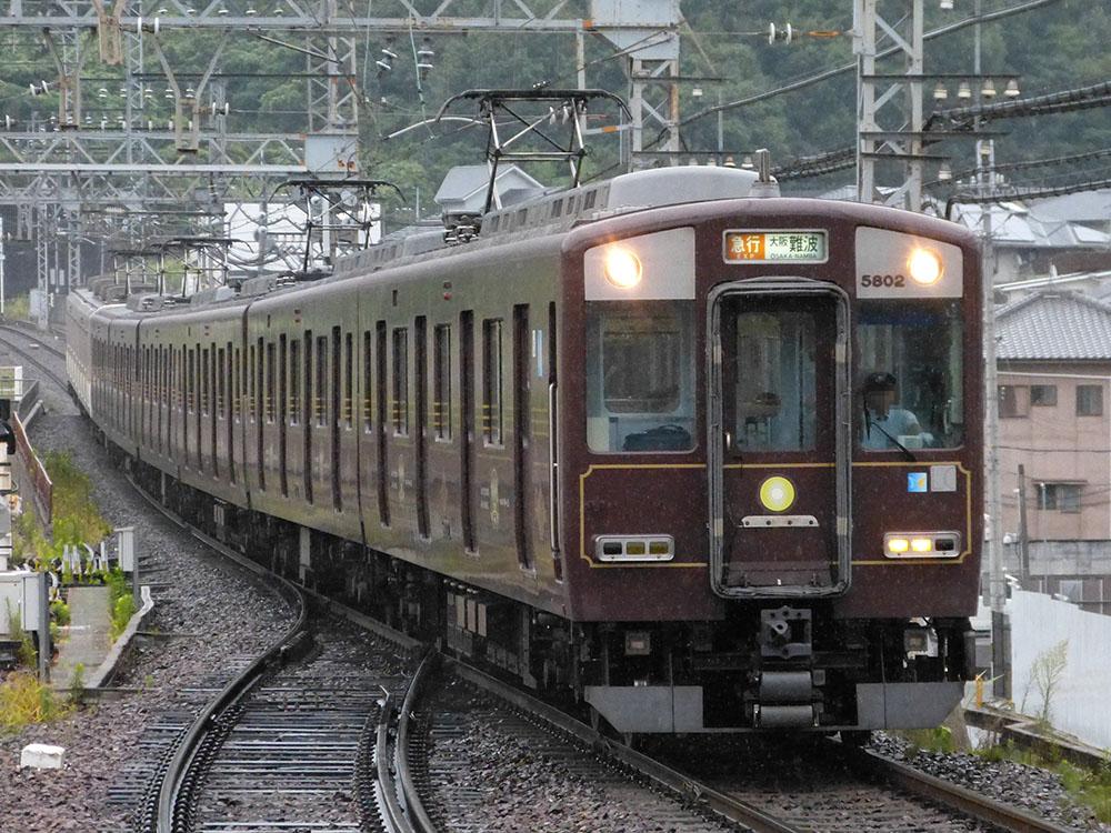 近鉄奈良線東生駒駅を通過する、5800系5802F(DH02、奈良線開業100周年ラッピング)+9020系の難波行き急行