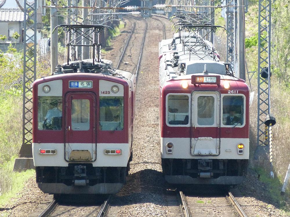 近鉄大阪線で離合する名張行き普通と五十鈴川行き急行