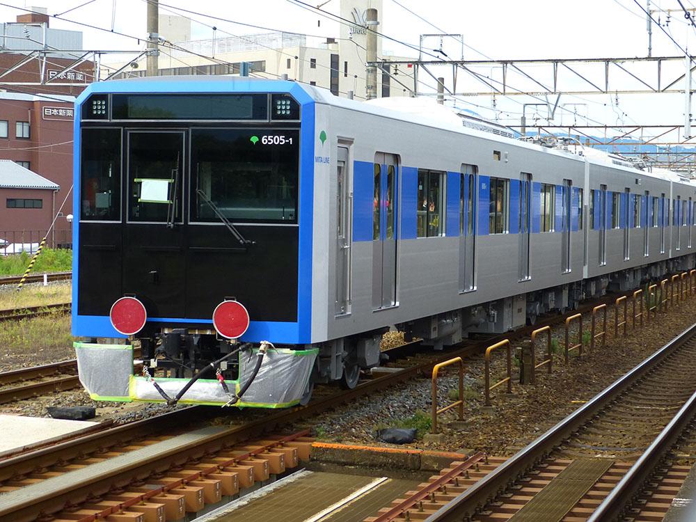 甲種輸送される東京都営地下鉄6500形第5編成