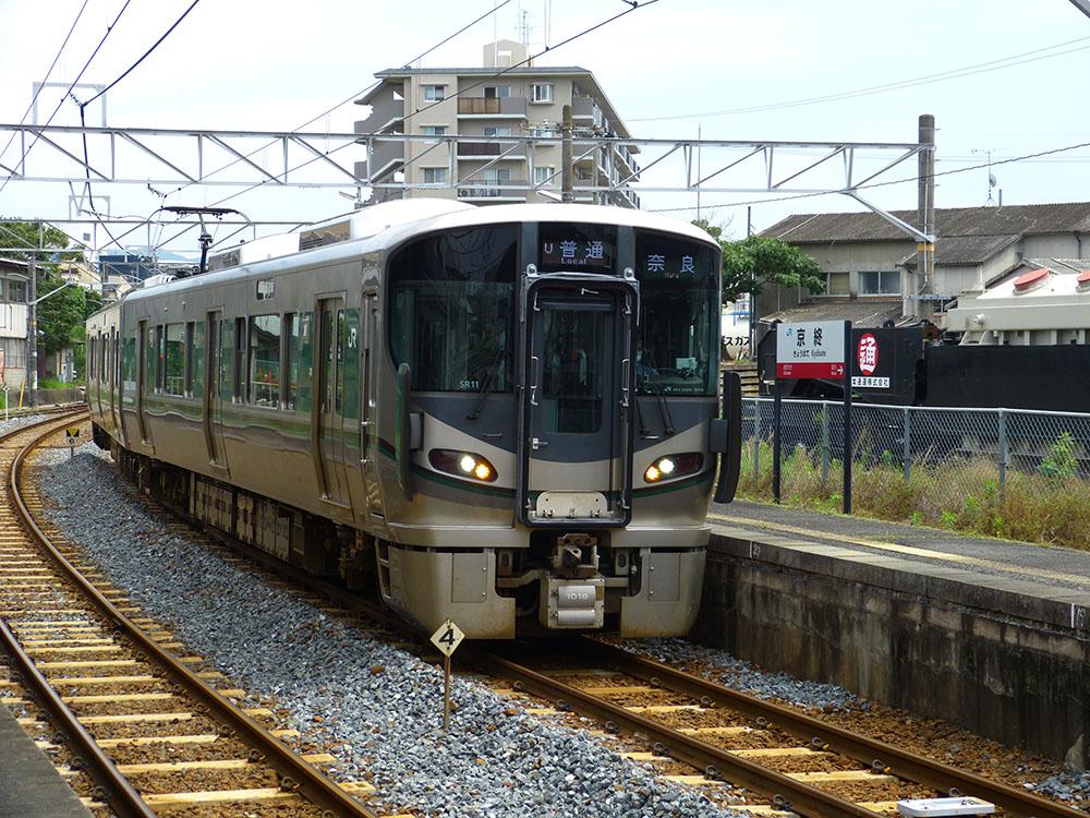 桜井線(万葉まほろば線)の新型車両、227系との並びを京終駅の駅名標と合わせて撮影。