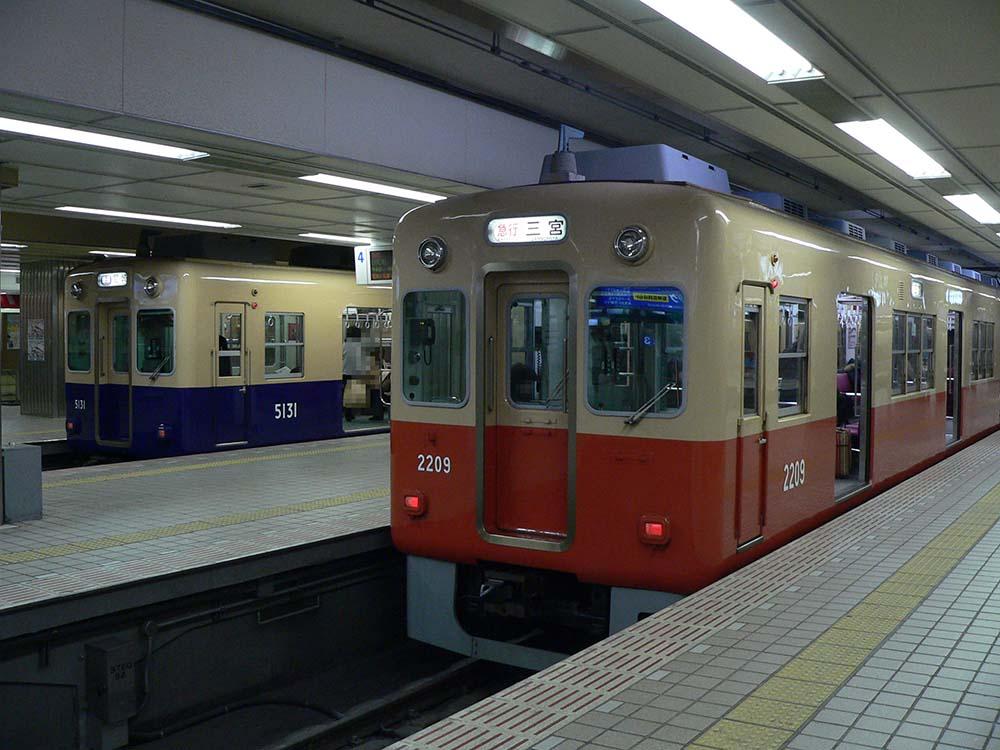 阪神梅田駅にて。5100系?尼崎行き普通と、2000系三宮行き急行