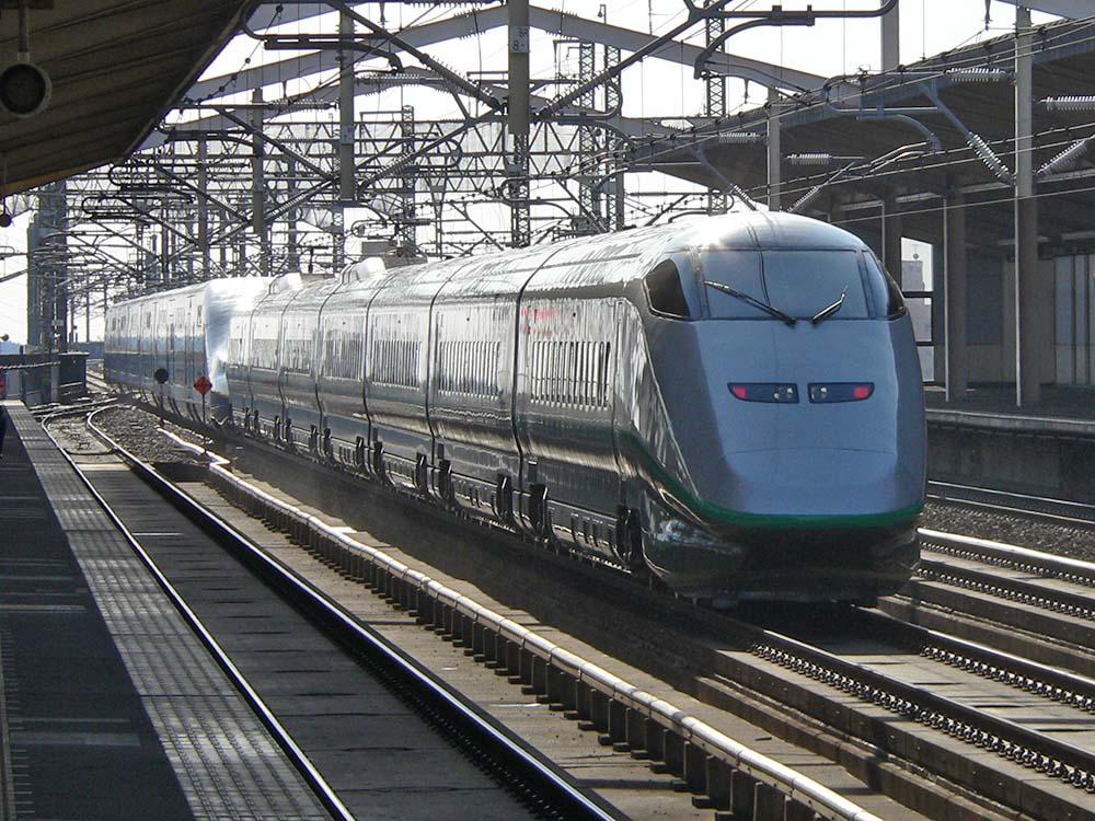 小山駅にて。MAXやまびこ号+つばさ号を後ろから。つばさ号は車体が小さめとはいえ先頭のE4系の大きさがわかります。