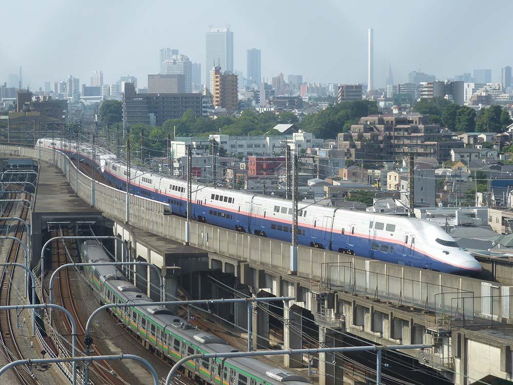 赤羽駅付近のホテルから撮影。E4系MAXは上越新幹線に転属しピンク帯になりました。重連で走行しています。