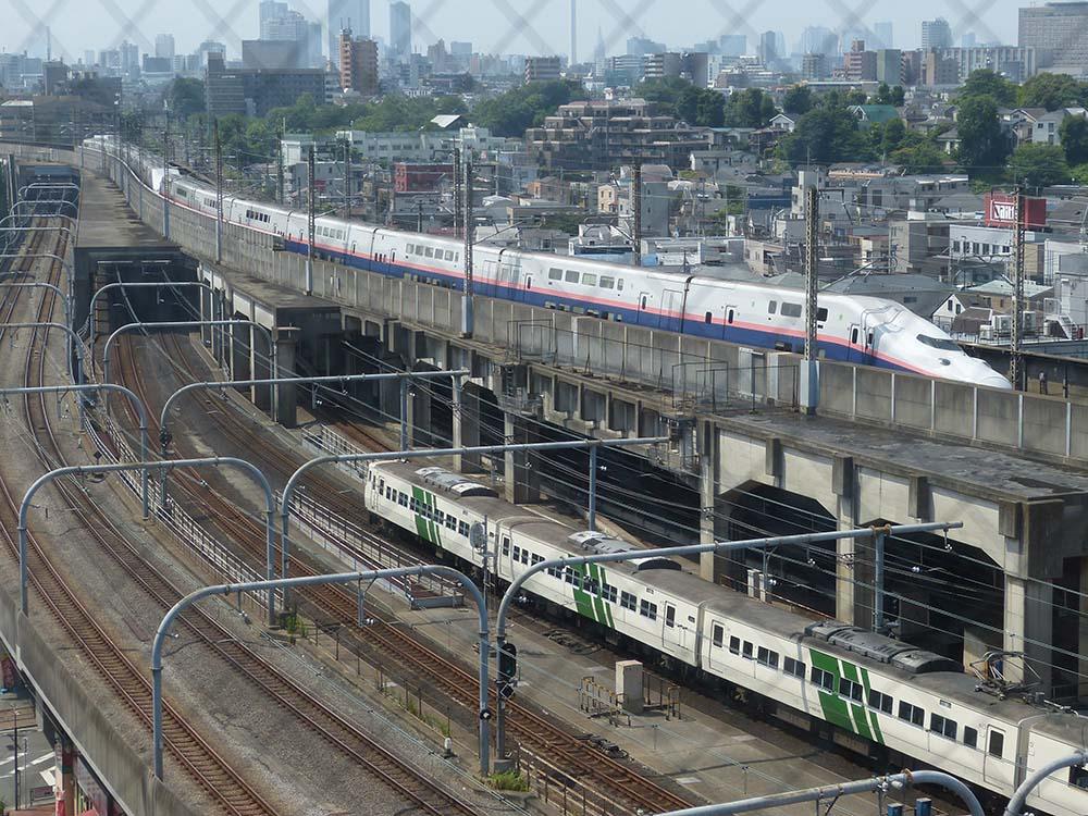 赤羽駅付近のホテルから撮影。E4系MAXが重連で東京駅へ向かっています。眼下には185系が走っていたので慌ててコンビで撮影。