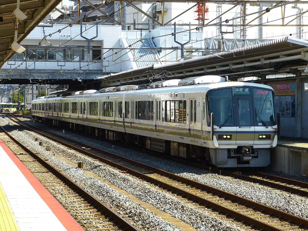 平野駅に停車する221系普通JR難波行き