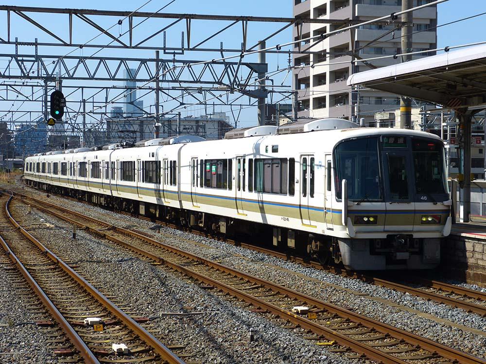 平野駅に入線する221系(NC617編成)普通王寺行き